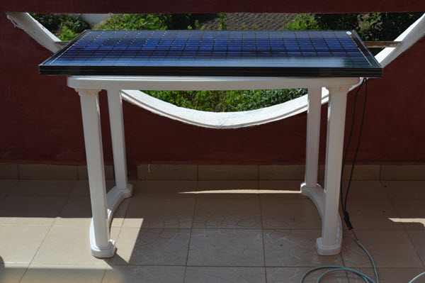 Panneau solaire photovoltaïque posé sur une table en plastique.