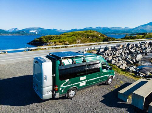 Camping car avec panneau solaire sur le toit