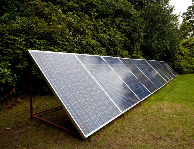 panneaux solaire dans un jardin
